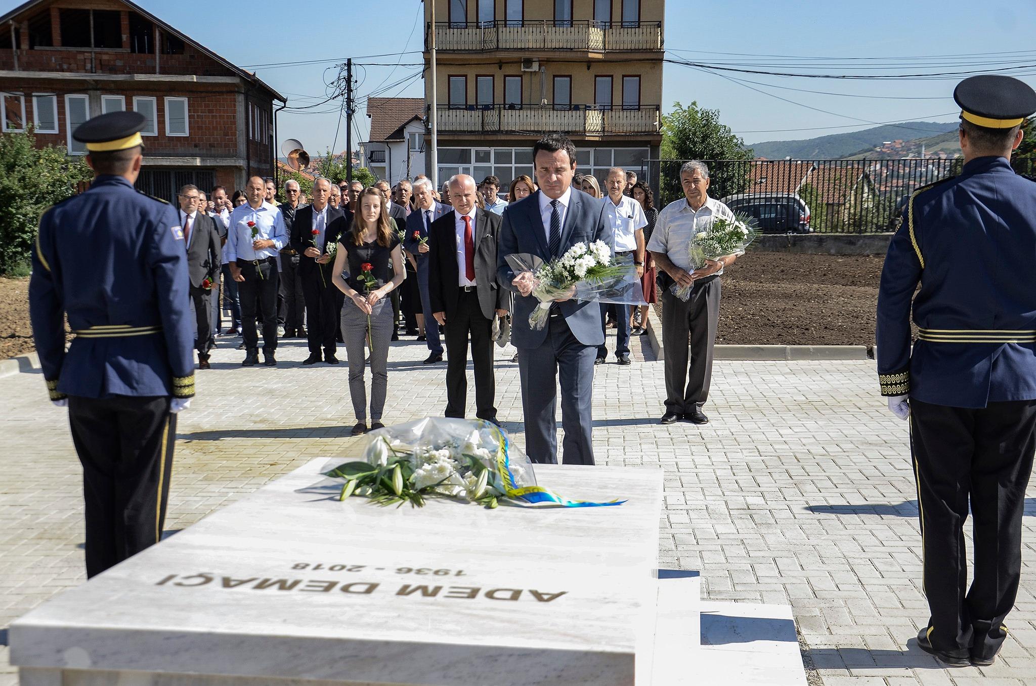 Аљбин Курти на гробу Демаћија